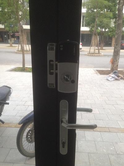 Lắp đặt khóa cửa thẻ từ cửa nhôm Unicor UN-325S-SA